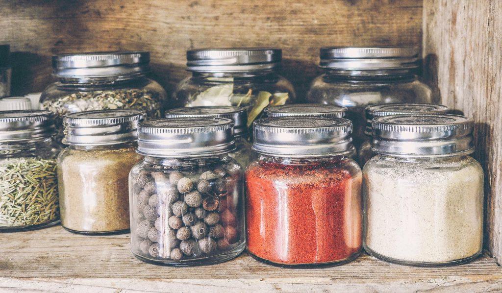 Como organizar armários de cozinha - temperos